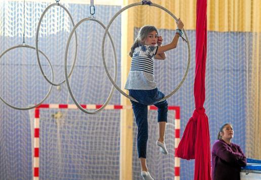 Niños y niñas de distintas edades pierden el miedo a las alturas y mejoran su agilidad subiéndose a aros como los que se ven en la imagen.
