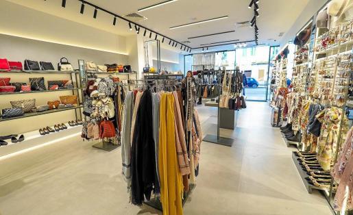 Los pequeños y medianos comerciantes de Vila señalan menor afluencia de gente en las calles y tiendas.