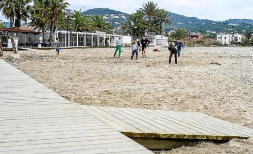 Varios niños jugando en la playa de Talamanca durante un soleado día del mes de diciembre.