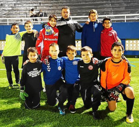 Varios porteros de la academia posan junto al entrenador José María Díaz en Can Misses.