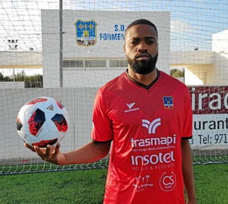 Wadir, con la elástica del Formentera, sostiene un balón en el campo de Sant Francesc.