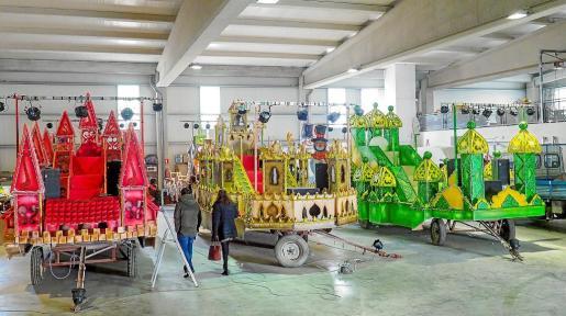 Aunque aún les faltan los últimos retoques, el trabajo de Daniel Paz y su ayudante seguramente gustará mucho a los niños que vayan a ver la cabalgata de Ibiza.