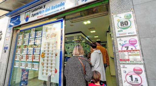 Cientos de familias y vecinos de Vila aprovechan estos días para comprar números de la Lotería de El Niño, después de que la Lotería de Navidad repartiera 1 millón de euros.