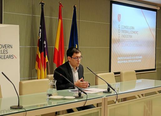El Conseller de Treball, Iago Negueruela, durante la presentación de paro y afiliación en Balears.