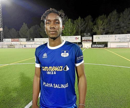 El defensa senegalés Moussa, recién fichado por el San Rafael, ayer en el Campo Municipal de Fútbol de Sant Rafel.