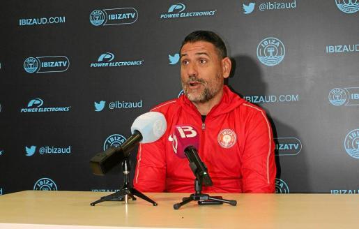 Andrés Palop, ayer durante la rueda de prensa ofrecida en el estadio de Can Misses.