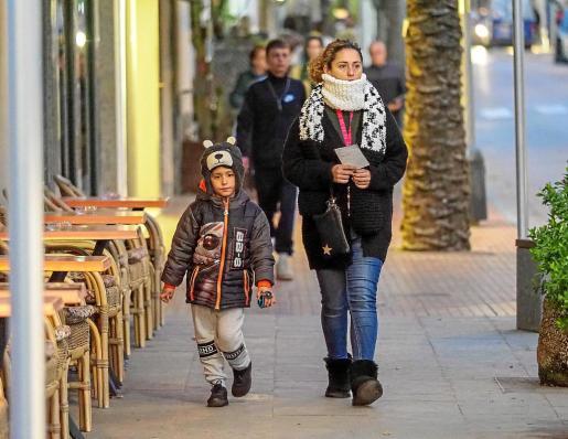 Muchas personas se ataviaron ayer con gorros y bufandas para hacer frente a la bajada de temperaturas.