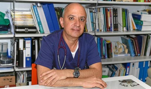 Fernando Ribas, que posa en su consulta, dice que desde que empezó a hablar ya decía que quería ser veterinario.