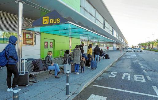 Los usuarios de autobús se quejan de las reducidas frecuencias que ofrece la línea del aeropuerto.