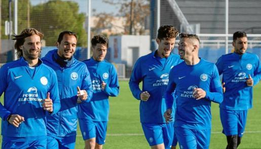 Varios jugadores del equipo ibicenco, durante el primer entrenamiento del año en el estadio de Can Misses.