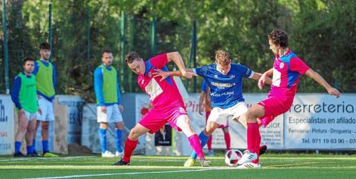 El 'rafeler' Diego protege el balón entre dos jugadores del Alcúdia.