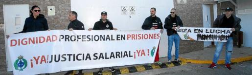 Los trabajadores volvieron a lucir la pancarta con el lema de las movilizaciones: 'Dignidad profesional en prisiones, ¡ya! Justicia salarial, ¡ya!.