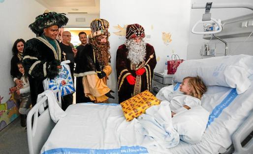 Los pequeños y pequeñas y sus familiares recibieron con ilusión la visita de los Reyes de Oriente.