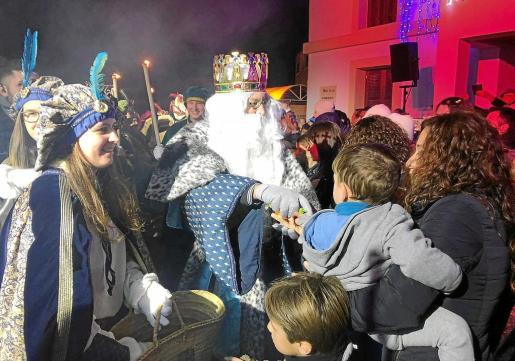 Los más pequeños y pequeñas, así como sus familias, disfrutaron de la visita de los tres Reyes Magos de Oriente.