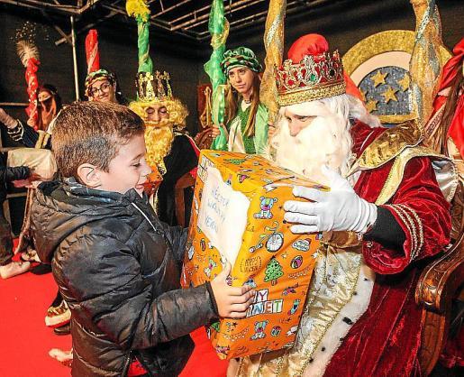Los más pequeños disfrutaron de la cabalgata de sus majestades de Oriente en Santa Eulària.