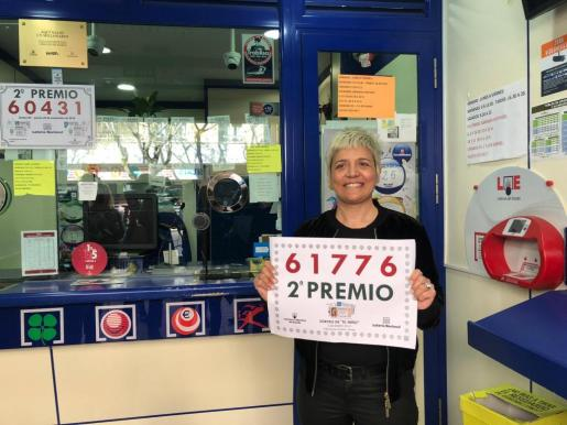 La administradora de la calle Blanquera, feliz tras vender el segundo premio del Niño en Palma.