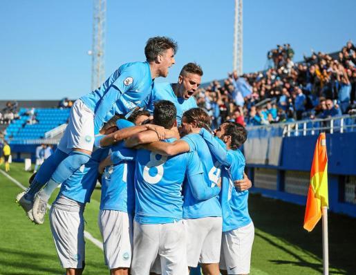 Los jugadores del equipo ibicenco celebran un gol.