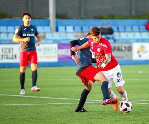 Manu Torres se intenta ir de un jugador del Santanyí con el balón.