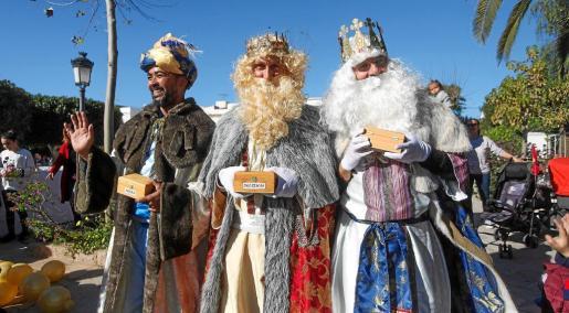 Baltasar, Gaspar y Melchor se encontraron ayer por la mañana con muchos niños y adultos a su paso por la localidad de jesús.