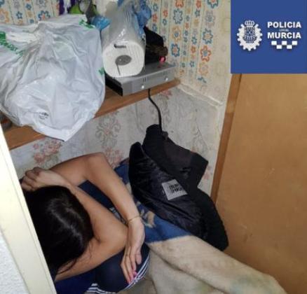 Los agentes detuvieron en la casa al presunto agresor antes de que se lanzara desde una ventana.