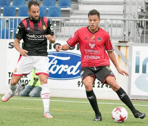 Dailos trata de pasar el balón ante la presión de un rival durante el partido entre el Formentera y el Mallorca de la temporada pasada.