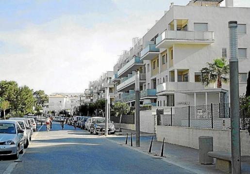 Bloques de viviendas en una calle de cala Bou en el municipio de Sant Josep.