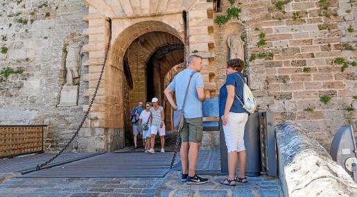 Varios turistas pasean por el Portal de ses Taules, en la ciudad de Eivissa.