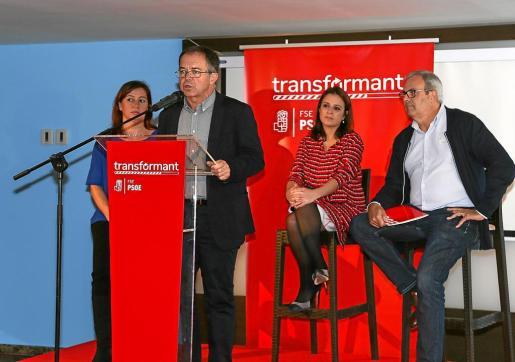 Discurso previo a la comida de Navidad del FSE-PSOE con Josep Marí en el atril y Vicent Torres a la derecha.