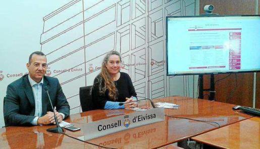 Viviana de Sans y Víctor Almonacid durante la rueda de prensa sobre la sede electrónica del Consell de Ibiza. ARCHIVO | 21-03-2018