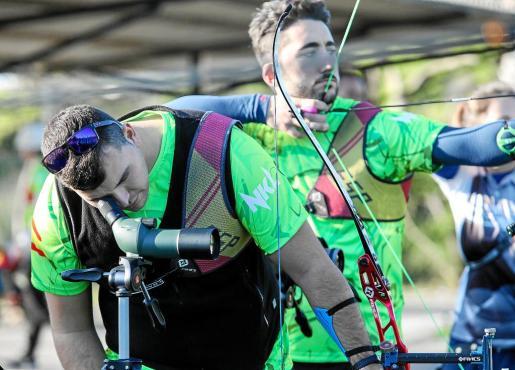 Pifarré y Acha, durante un entrenamiento en la concentración internacional que se lleva a cabo en la galería de tiro con arco de es Cubells.