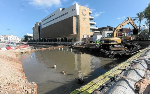 La adjudicataria de las obras trabaja actualmente sobre lo que será el marco del puente. Se deberán instalar nuevos pilotes que soporten la superficie de paso, de modo que el nuevo puente tenga un soporte y cimentación adecuados.