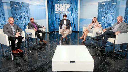 Los invitados al primer debate del Bona Nit Pitiüses de 2019, minutos antes de empezar.