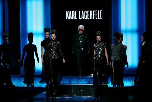 El diseñador junto a algunas de sus modelos.