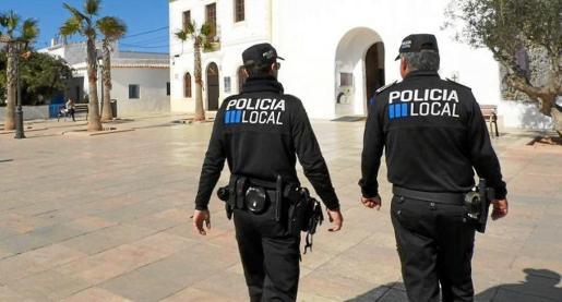 Un agente de la Policía Local de Formentera patrulla por las calles sin haber realizado el curso de formación correspondiente.
