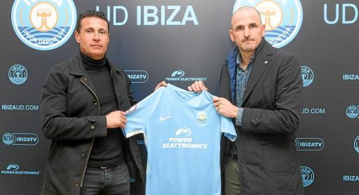 Amadeo Salvo y Fernando Soriano posan la camiseta de la UD Ibiza durante la presentación de éste último como director deportivo.