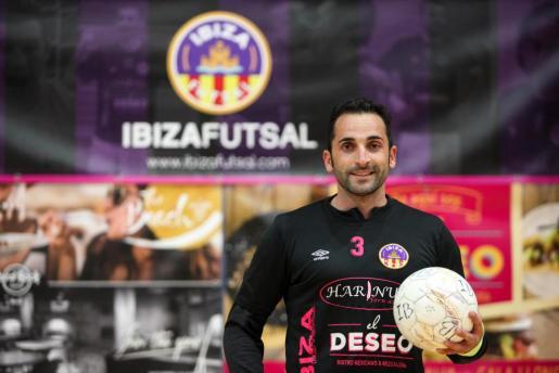 Boban posa como nuevo jugador del Harinus Ibiza Futsal.