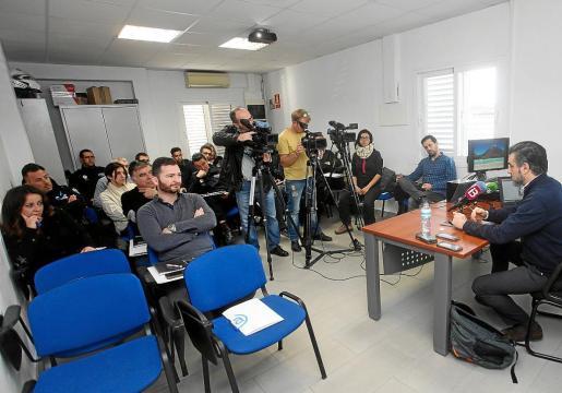 Agentes de toda la isla acudieron a la presentación del sistema de revisión de documentos realizada en el retén de la Policía Local de Sant Antoni.