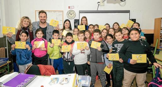 El CEIP Can Cantó ha sido uno de los centros en los que Proyecto Juntos ha repartido el libro 'Conectados sin cables' esta semana.