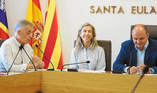 Carmen Ferrer, entre Vicent 'Benet'(PSOE) y Vicent Marí durante uno de los plenos celebrados esta legislatura.