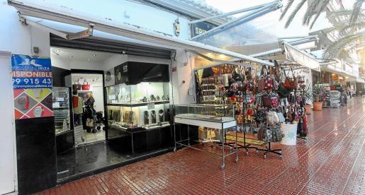 Varios negocios abiertos en la calle Sant Jaume de Santa Eulària a principios de enero.