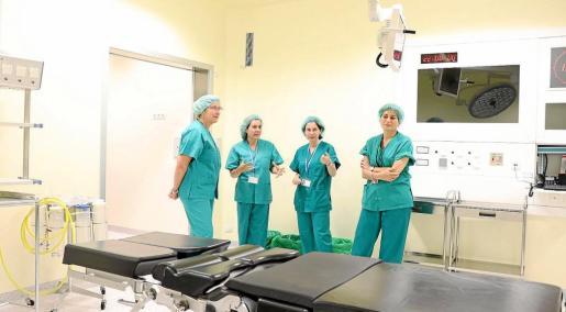 A la izquierda, la consellera de Salut, Patricia Gómez, junto a la gerente del Área de Salud, Carmen Santos, durante una visita al Hospital Can Misses.