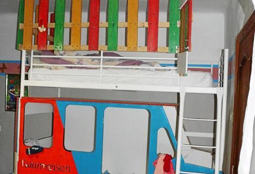 La parte inferior de la litera imitaba un vagón azul y rojo. Había una frase escrita en alemán: «Viajes de ensueño». Y abajo, en mayúsculas, el nombre del mayor de los tres hermanos, de 14, 9 y 7 años. Los trayectos del tren no siempre finalizaban en el mundo de los sueños. La pequeña vivió un calvario.