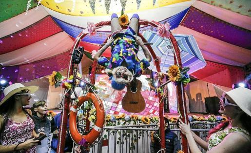 La Flower Power infantil es una de las fiestas más esperadas del año por los niños y padres de Sant Antoni, una fiesta para disfrazarse, divertirse, bailar mucho e impregnarse de los últimos vestigios de una cultura que impregnó Ias Pitiusas en los 50 y 60.