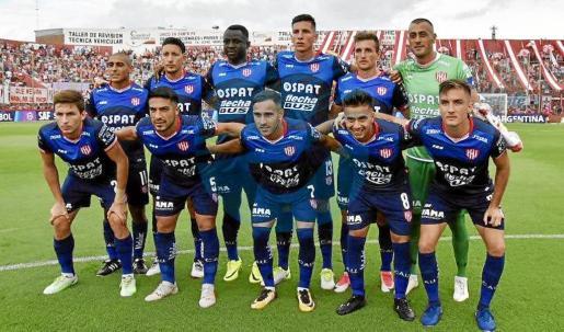Gómez, tercero por la derecha en la fila superior, en la alineación titular del partido de Superliga entre la Unión y el Arsenal.