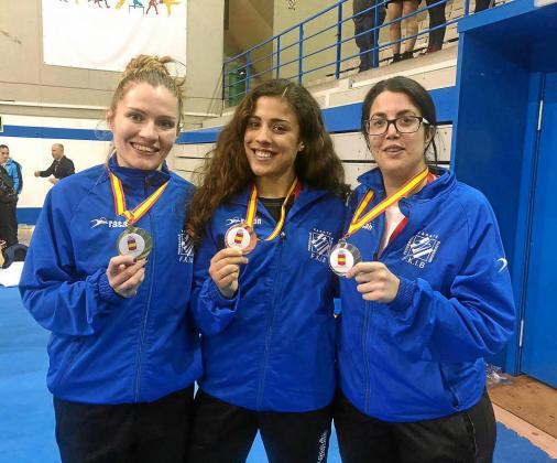 Cristina Ferrer, Maite Villacorta y Cristina Juan posan juntas con las medallas obtenidas en la tarde de ayer en Leganés.