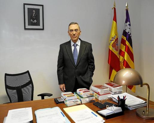 Antoni Monserrat, en el despacho del TSJB que abandonará en el mes de febrero.