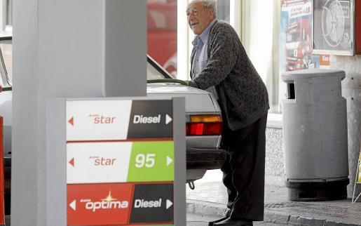 Un usuario repostanto en una gasolinera.