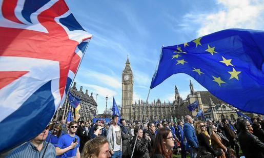 El Parlamento británico deberá aprobar mañana si se decanta o no por una salida dura o blanda de la Unión Europea.