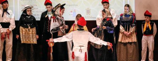 La Colla de Vila actuó después del homenaje a Pep 'Mossènyers'. En la imagen, el 'ballador' se arrodilla frente a las 'balladores' al acabar 'sa filera'.