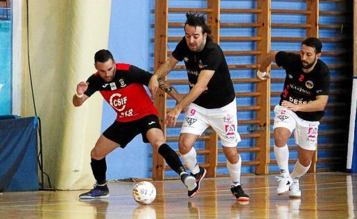 Estefan intenta marcharse de un jugador del Ciutat de Mallorca.